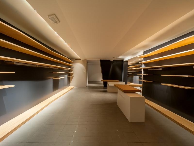 Arredamento e mobili in legno per attività commerciali